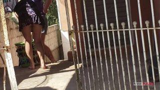 Cristina Almeida e sua irmã sendo filmadas escondidas, casada de vestidinho curto.